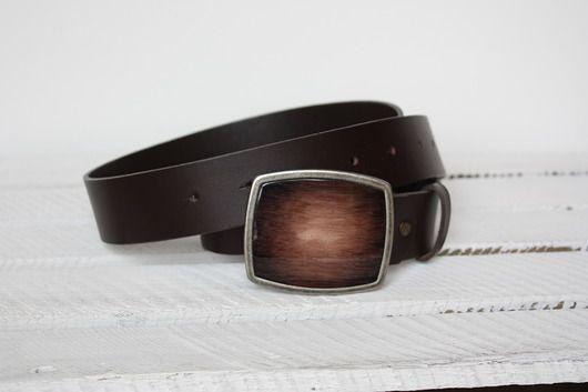 Pasek męski z elegancką klamrą brązowo-srebrną, wykonany z wysokiej jakości naturalnej włoskiej skóry bydlęcej. Skóra brązowa, gładka.  Rodzaj zapięcia - bolec.  Szerokość paska : 3,9 cm. Pasek dostępny w rozmiarach : S (100cm-105cm) M (105cm-110cm) L (110cm-115cm) XL (115cm...