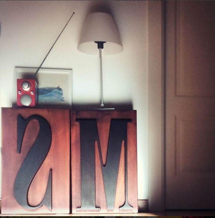 Typo è un elemento d'arredo liberamente tratto dai caratteri mobili tipografici. Può essere una seduta, un comodino o una semplice nota di stile per l'ambiente in cui vivi o lavori.  Dimensioni: h45xb45xp25  Typo viene realizzato su ordinazione. Se vuoi un Carattere diverso da quelli visualizzati, o non trovi la lettera-simbolo che preferisci scrivici. Realizzeremo il tuo Typo personallizzato!  Typo wooden stool sgabello MS mamado