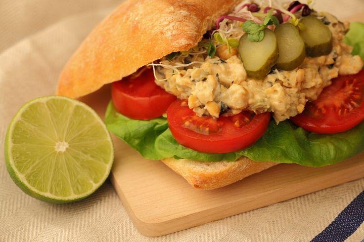 Vis: de één was er dol op, de ander is blij het niet meer voorgeschoteld te krijgen als je vegan eet. Deze salade voor op brood verkrijgt een zilte smaak door zeewier te gebruiken. Norivellen worden normaalgesproken gebruikt om sushi mee te maken, je zult ze dan ook vinden bij de Japanse producten in de supermarkt. Voor dit recept versnipper je de nori zodat je een lekkere tonijn-achtige salade krijgt. Ook lekker op toastjes bij de borrel!