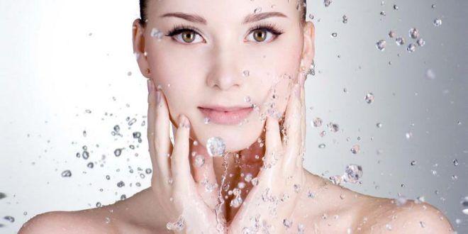 Acqua micellare - cos'è, a cosa serve, quale scegliere e come si usa. Scopri che cos'è l'acqua micellare, come usarla per struccarsi bene il viso, quale scegliere in base al tipo di pelle e quali sono i migliori marchi da scegliere. #acquamicellare #viso #pelle #puliziadelviso
