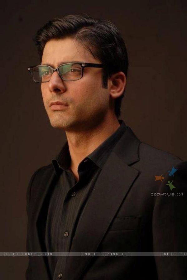 i thnk he looks even more attractive with glasses <3 #fawad khan #ashar #humsafar