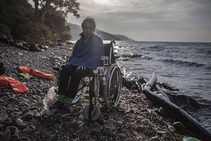 """Nogeen, de 16 años, de Alepo (Siria) cuenta que no ha tenido miedo de cruzar el Mediterráneo. """"Porque nunca había visto el mar, así que he disfrutado de esta nueva experiencia"""". Ha tenido que ser desembarcada del bote por otros dos refugiados ya que una parálisis cerebral la obliga a desplazarse en silla de ruedas. """"Me gustaría estudiar Historia. Y hacerlo en Alemania porque uno de mis hermanos está allí"""""""