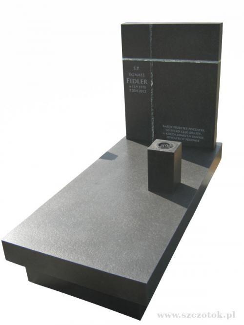 Nagrobek z czarnego granitu antykowanego wraz z kryształowym krzyżem