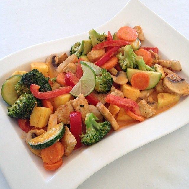 Rød curry i kokosmelk sammen med kylling og grønnsaker. Brukte brokkoli, squash, paprika, sopp, ananas og gulerot #Padgram