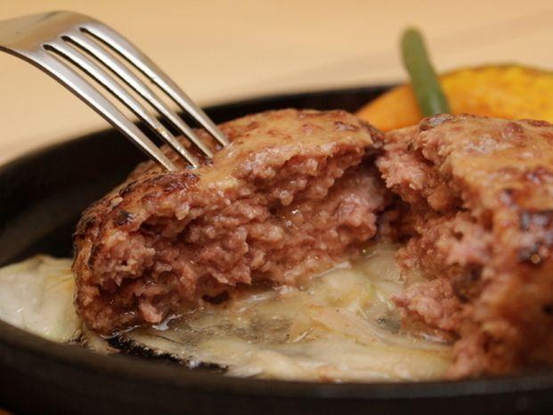 お店で食べるような肉汁あふれるジューシーなハンバーグを作りたい方は必見!家事えもん流ハンバーグなら身近な二つの食材を使う事で驚くほどふっくらジューシーに焼き上げることができるのです♡カチカチのハンバーグから卒業したい人は是非お試しください。