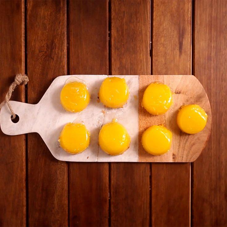 Receita com instruções em vídeo: Aprenda a fazer esse delicioso quindim, a receita é bem mais fácil do que você imagina. Ingredientes: 250g de coco ralado fresco, 500g de açúcar, 60g de manteiga derretida, 18 gemas, Glucose de milho