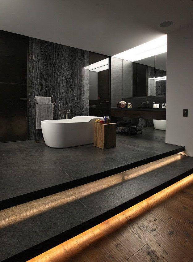 Stilvolle und mutige Badgestaltung in Schwarz mit spiegelwand und eingebauter deckenbeleuchtung