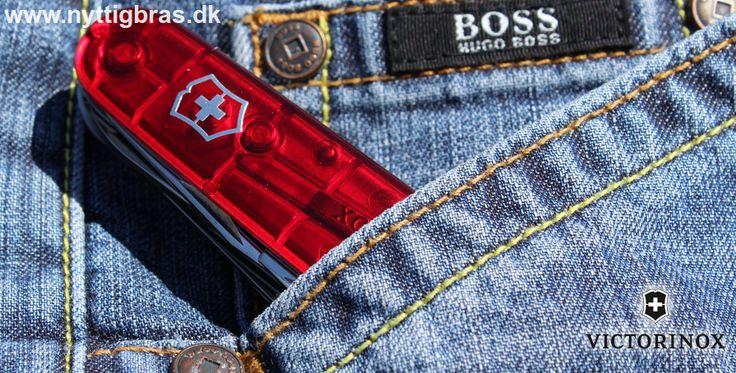 Victorinox Lommekniven 'Huntsman' her i en lækker rød transparent farve. Original Schweizerkniv med hele 15 funktioner.  Kig forbi: www.nyttigbras.dk  #motion #løb #træning #idræt #gymnastik #jagt #fiskeri #camping #outdoor #danmark #victorinox #huntsman #inspiration #design #hobby #fritid
