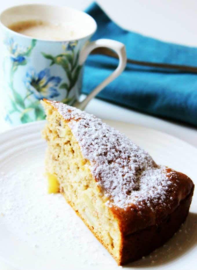Elmalı Yağsız Kek  -  Nesrin  Kismar #yemekmutfak.com Bahçeden topladığım elmalarla yaptığım yağsız, az şekerli, son derece lezzetli bir kek tarifi.