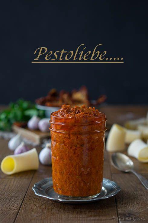 Pesto Rosso. Ein sehr aromatisches Pesto aus   getrockneten Tomaten. Ist vielseitig einsetzbar und genau das  Richtige, wenn es mal wieder schnell gehen muss.
