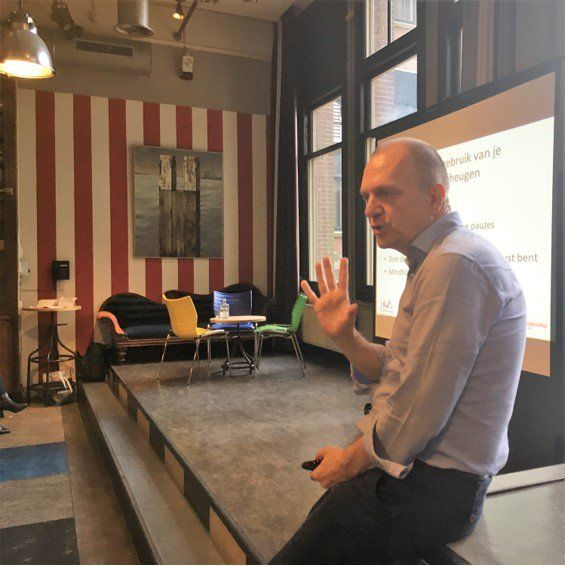 Auteur Guido de Valk in actie bij een lezing in hotel New York. Steeds meer bedrijven ontdekken de kracht van werken met het brein. Guido is auteur van de boeken 'Neuroleiderschap' en 'Menselijk leiderschap'. #neuroleiderschap #menselijkleiderschap #guidodevalk #futurouitgevers