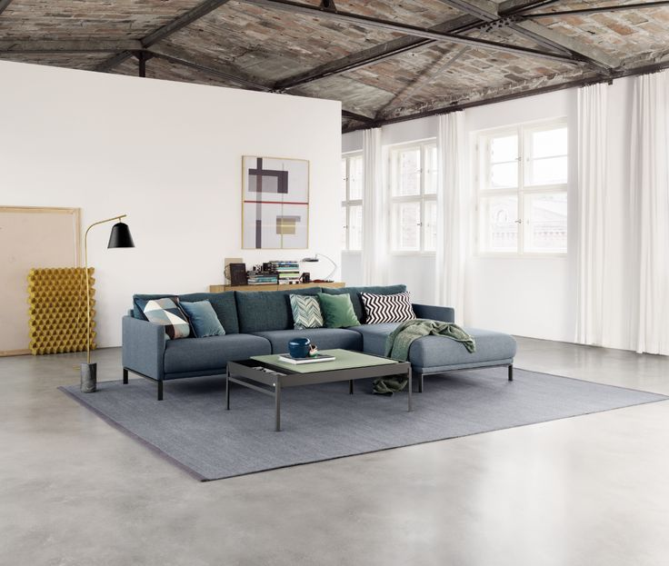 Perfect companions: The Rolf Benz CARA sofa and the Rolf Benz coffee table 8410 make everyone fall in love with your living room.