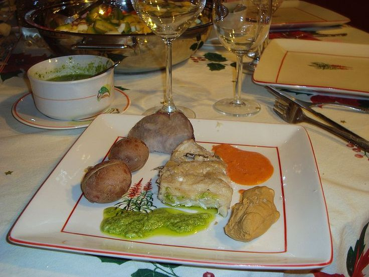 Sancocho canario. Plato a base de pescado salado sancochado (hervido), acompañado de papas, batata, gofio y mojo.