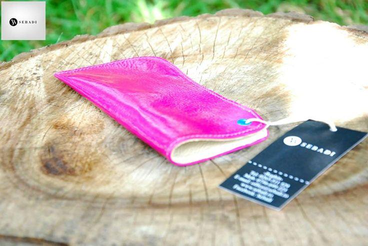 Husa pentru ochelari din piele naturala 1 -fucsia -captusita cu piele crem -capsa turcoaz -dimensiuni: L=17cm l=8cm  PRET: 35 lei