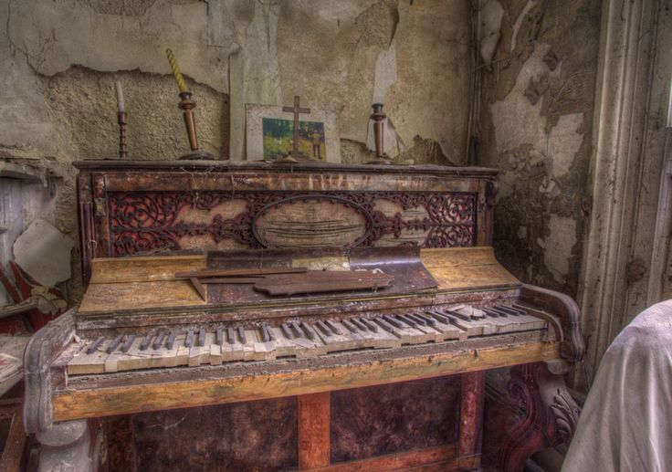 'Music of the past' HDR piano urbex