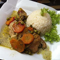 pollo arvejado con arroz (chicken served with peas, onion and sliced carrots.)