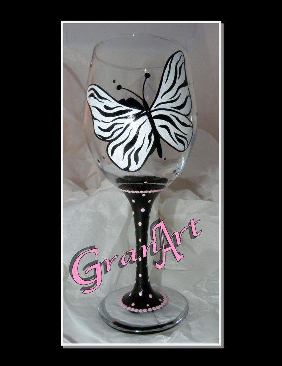 Copa de vino de la mariposa cebra es a mano pintadas con esmaltes y disparó para preservar la pintura.  Colores de pintura utilizadas; blanco y negro con