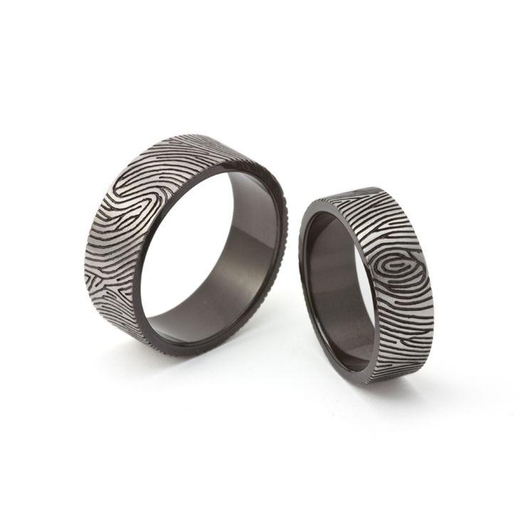 Zirconium trouwringen met vingerafdrukken rondom. Marc Lange