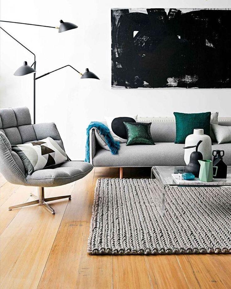 """""""• living inspiração ♥️ •• sofá magrinho e cinza do jeito que a gente gosta + poltrona que """"abraça"""" e perfeito tom de madeira no piso •• via @insideoutmag…"""""""