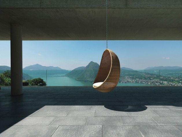 chaise suspendue en forme d'oeuf par Pierantonio Bonacina