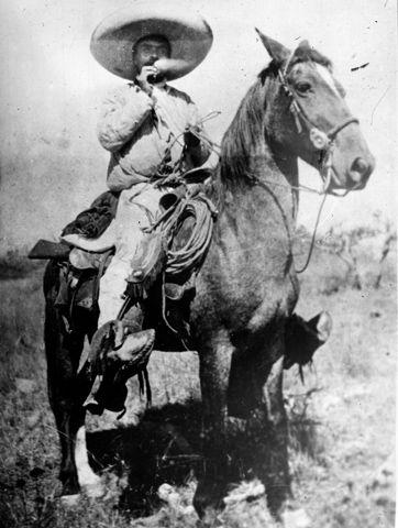 """1913 Emiliano """"Zapata"""" a caballo fuma cigarrillo"""