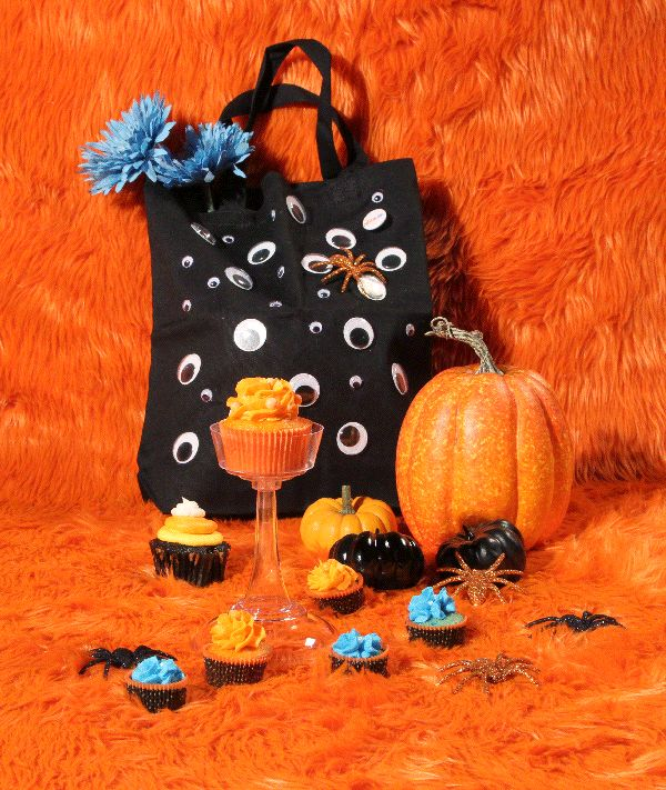 This is how we Halloween party Nick Jr. style! Orange glitter pumpkins, glitter spiders, spooky, silly eyeball treat bag, and delicious orange and blue cupcakes.