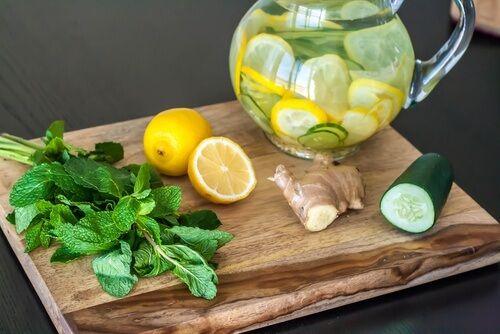Bevanda disintossicante a base di zenzero, limone e cetriolo