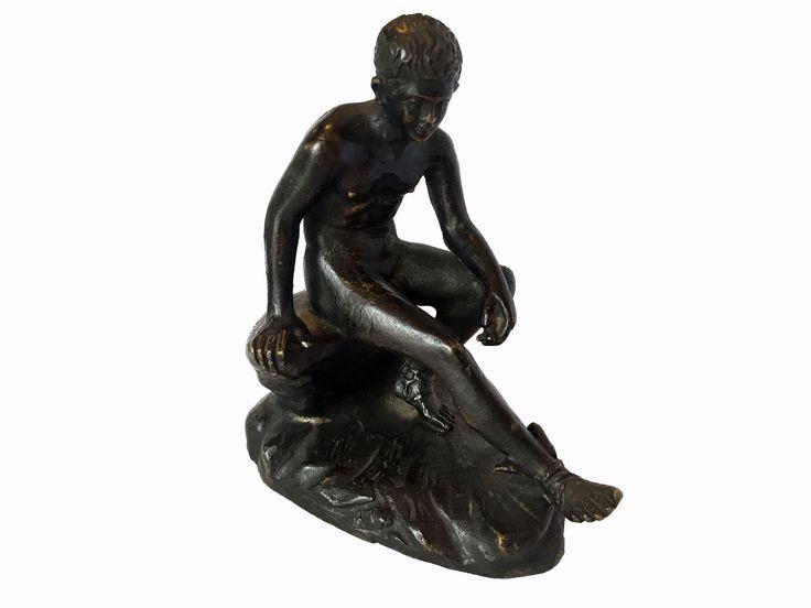 Mercurio a riposo. Fusione in bronzo a patina scura riproducente l'Hermes a Riposo del Museo Archeologico di Napoli. In perfetto stato di conservazione.