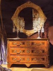 L'uso di prodotti per i vetri da eccellenti risultati, il legno rivestito di vernice naturale deve essere pulito con un panno di lana. Una passata di cera giova a tutti i mobili di legno, più la cera è dura, maggiore sarà la brillantezza.