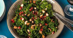 Nu är grönkålen i säsong och perfekt att njuta i sallad, på pizza, som chips och till pasta. Här är ett enkelt och väldigt gott recept på grönkålssallad som man snabbt svänger ihop. Passar både som sällskap till maten eller som en lätt förrätt. /Jessica