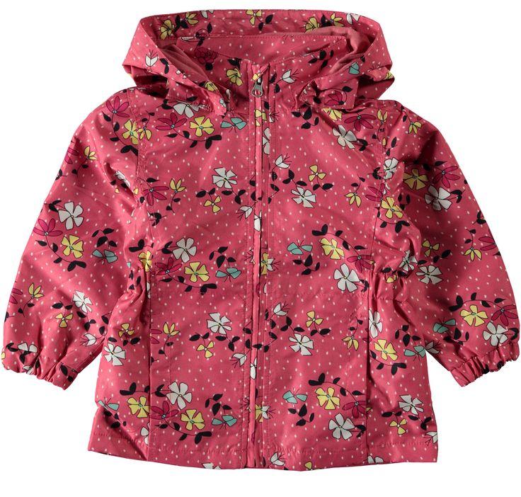 Meisjes zomer en regenjas NITMELLO Mark Flower van het kinderkleding merk Name-it  Dit is een roos kleurig zomer jasje met een rits sluiting en een afneembare capuchon. De jas heeft een all over print van kleine witte stipjes en gekleurde bloemen met blaadjes.