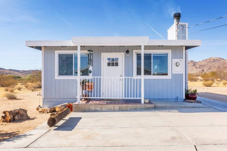 Ganze Unterkunft in Joshua Tree, Vereinigte Staaten. The Raven house is close to Joshua Tree National Park and town. It's located near art galleries, shopping, restaurants and gas stations. It is newly renovated in a mix of modern and rustic. Everything has been designed for comfort and ease and the...