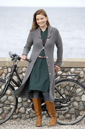 Skøn, lang frakke til foråret. Frakken er til og med nem at strikke, da den er strikket i lutter retstrik. Dog er der dekorative, hæklede kanter langs krave, ærmer og underkant