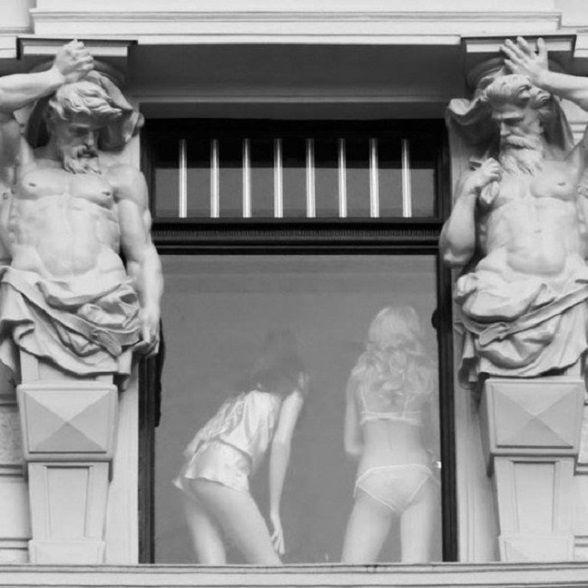 Németh György: Egy kis leskelődés - Néha a megbízható, jó szobrok is megbicsaklanak és élnek a lehetőséggel…
