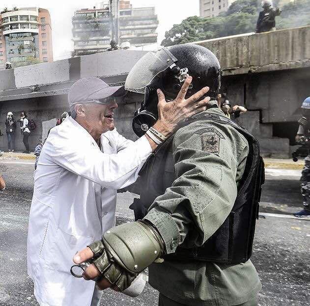 Mitzy. El es Vladimir Galavis cirujano Oncologo de la Santa Sofia CONFIRMADO. Mis honores a este valiente venezolano.