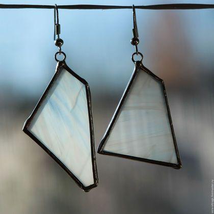 Купить или заказать Ассиметричные серьги. Из опалового белого стекла. Витражные украшения. в интернет-магазине на Ярмарке Мастеров. Всё гениальное - просто:) Стеклянные, витражные серьги. Стильные и лаконичные, с изюминкой за счет ассиметричности ,витражные серьги. Серьги из опалового белого стекла,как крылья ангела:) Сделаны в витражной технике Тиффани. Для барышень,ценящих оригинальность и лаконизм:) размер: одна сережка 4.5х2.5 см другая 3х3.