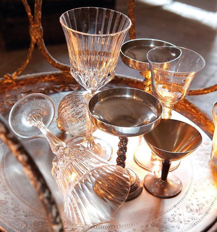 Ideas para mesa navideña de aire vintage en ambiente rústico y piezas clásicas en plata, cristalería tallada y velas