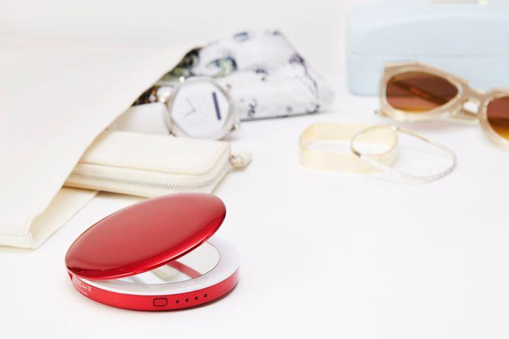 PEARL(パール)は、「コンパクトミラー」とスマートフォンを1台分充電できる「充電器」が一緒になったモバイルバッテリー。かばんも小さいし、お化粧直しならトイレの大きい鏡でできるからコンパクトミラーは持ち歩かない。でもいざというとき(例えば、コンタクトレンズをつけたい、目になにか入ってしまった、トイレは長蛇の列で中に入れない…).そんなときにコンパクトミラーが必要ってときありますよね。もちろん普段持ち歩いている人でも、美しくて実用的なデザインのコンパクトミラーを探したけど、中々ない....なんてことも。PEARLは、コンパクトミラーと充電器を一体型にしたことで、持ち歩いてもかさ張らず、いざという時に大活躍する「かばんの必需品」です。モバイルバッテリーは、スマートフォンの充電が減り、いざ必要なときにかばんにあると安心ですよね。容量は 3,000mAh と、スマートフォン1台丸々充電可能。コンパクトミラーは、わざわざ持ち歩かないけど、かばんに入れておけば何かと重宝する。いままでありそうでなかった「コンパクトミラー x…