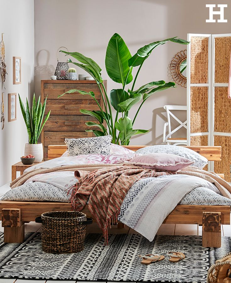 A bedroom that quenches our wanderlust. Warm wood tones, ethnic patterns and green plants make us dream of distant lands. #ethno #sleep …