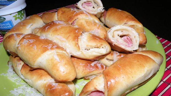 Dnes si připravíme další pochoutku. Chuť croissantu se šunkou je prostě božská. Nemusíte si jej dávat pouze k snídani. Neurazí Vás určitě ani jako dopolední svačina, či večerní mlska k vínu. Příprava těchto croissantů se šunkou je navíc dokonale jednoduchá. Nemůžete na nich nic zkazit, ani kdybyste chtěli. Žádné kynuté těsto se zde nepřipravuje. Recept