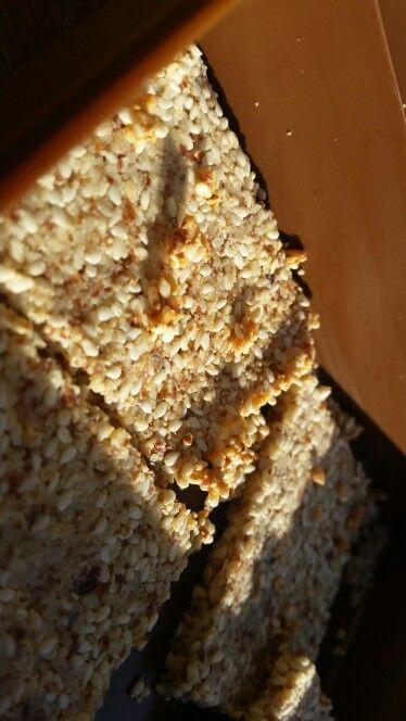 Krekeri od badema I sezama:  300g badema smiksati u brasno, 200g sezama,  2 bjelanjka, 4 zlice maslinovog ulja... sve pomjesate I stavite na papir za pecenje, preko toga drugi papir I razvaljate na 3mm. Peci 15minuta na 180°