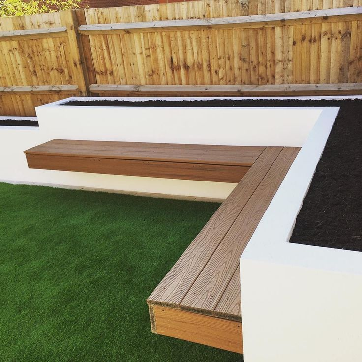 Finally got rid of the snow fingers crossed for some actual #springweather time to get #planting for summer! This floating bench from last year is still a favourite #gardeninspiration #gardendesign #planter #raisedbeds #modern #garden #astroturf #artificialgrass #landscaper #floatingbench #watford #hertfordshire #london @the.modern.landscaper
