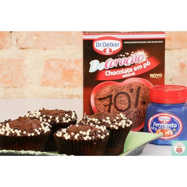 Cupcakes marmorizados preparados com o método invertido, que resulta em uma massa macia e delicada! Confira a receita completa na escoladebolo.com.br #cupcakegourmet #cupcakes #aprendaonline #aquivoceaprende #droetker