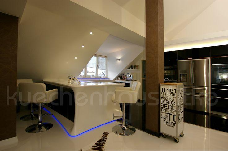 Tresen als Freiform für die Küche eingefaßt in Mineralwerkstoff. Die Arbeitsfläche für Vorbereitung und Kochstelle dient auch als Eßplatz für bis zu 4 Personen mit viel Stauraum in der Rückseite des Tresens. Idee und Planung durch www.kuechenhaus-litke.de #modern #live