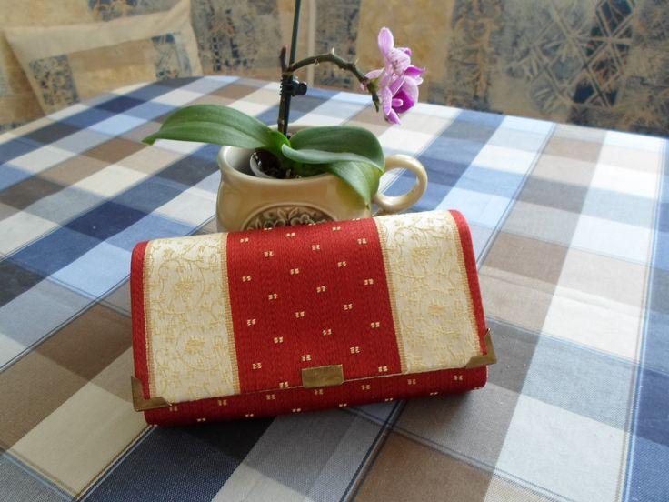 Peňaženka - ručné vyrobená z bavlnených látok.Použ.materiál: bavlna, decovil výstuž, lepidlo, nite, zips, magn.zapinanie, ozdôbky. Ľahká údržba prepraním v 30°vode.