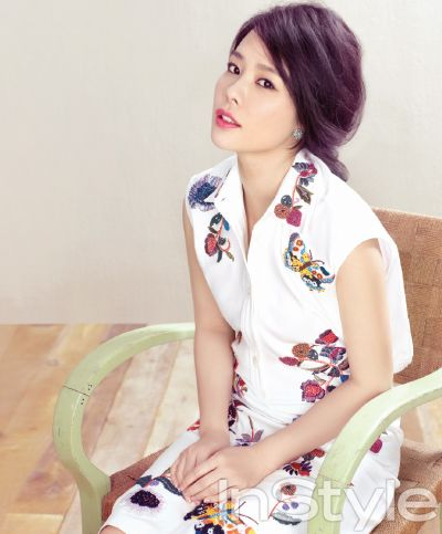봄꽃이 만개한 정원에 선 김현주, InStyle Korea March 2013