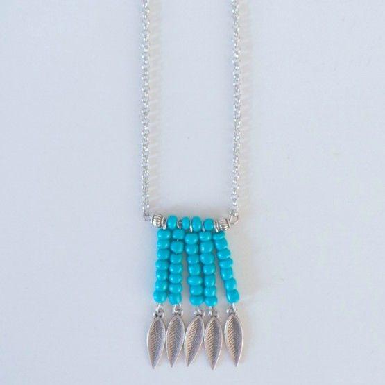 Zomerse lange ketting met veertjes bedeltjes.kleur: Turquoiselengte  /- 30 cm