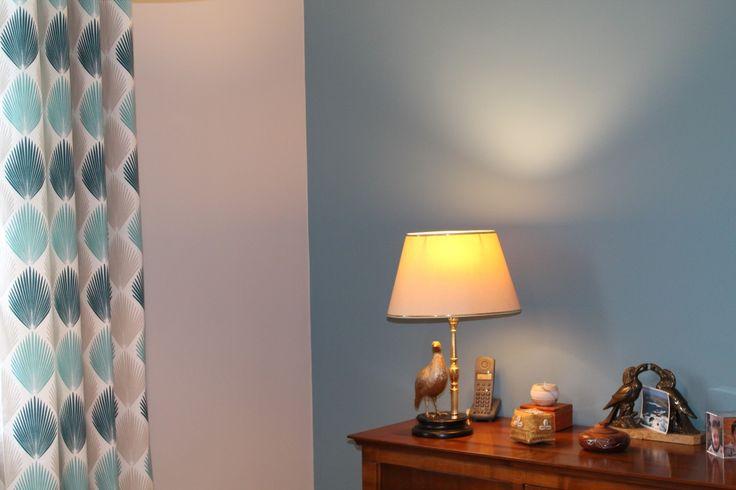 """Bureau, mur bleu """"stone blue de Farrow & Ball"""" et rideaux Heytens @ Marion Tournadre, Décoration et rénovation d'intérieur, www.secrets-deco.fr"""