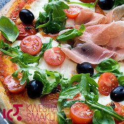 Pizza z mozzarellą, pomidorkami, rukolą i szynką parmeńską.