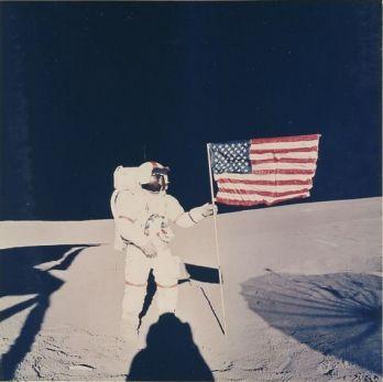 """NASA 1971 Apollo 14. L'astronaute Alan Shepard tient le drapeau américain. 1971. Tirage chromogénique d'époque sur papier """"A Kodak Paper"""". 25,2 x 20,2 avec marges."""